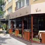 Vanilla Sky Cafe: outside patio with Vanilla Coffee branded sun blind
